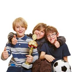 Erfolgreiche Jungs mit Fußball und Pokal