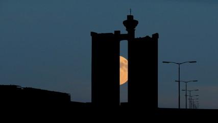 Serbia Novi Beograd Zapadna kapija moonrise