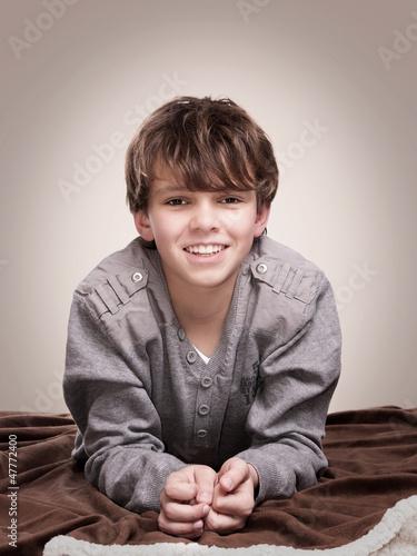 lächelnder Junge liegend