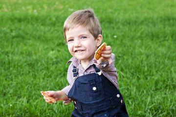 Мальчик ест печенье