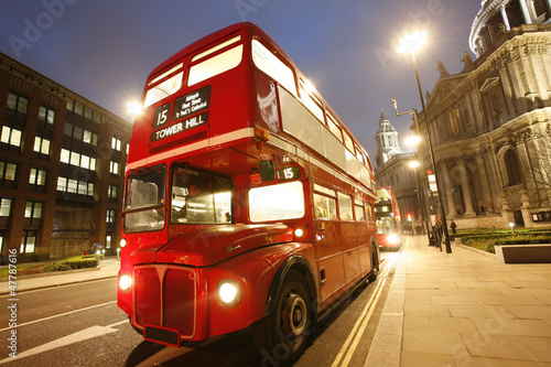 Fotobehang Londen rode bus Iconic Routemaster Bus at dusk