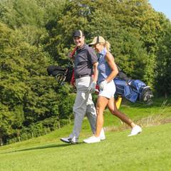 gutgelaunt Golf spielen