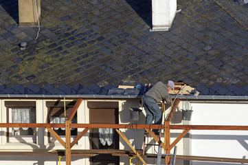 ouvrier au travail sur un toit