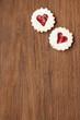 Zwei Kekse mit Herz auf Holzbrett