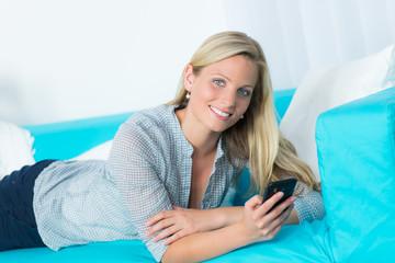 junge frau ruft ihre emails auf dem handy ab