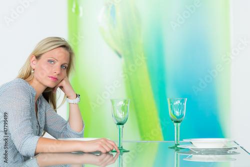 junge frau wartet verzweiflet auf ihr date