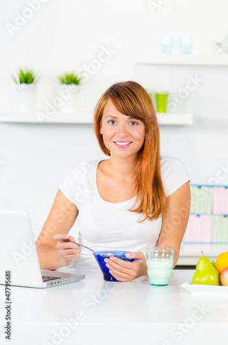 rothaariges mädchen beim frühstück
