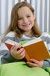 Mädchen hat Freude am Lesen