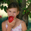 Mädchen isst einen Apfel
