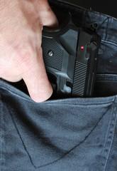 Pistole aus einer Hosentasche ziehen