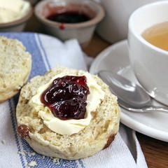 scone mit clotted cream und jam