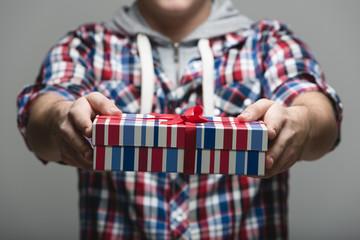 Mann überreicht ein Geschenk