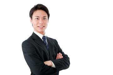 腕組みする若いビジネスマン