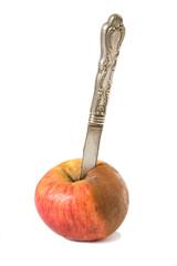 pomme pourrie et couteau en argent