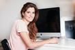 Hübsche Frau am Computer