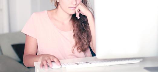 Hübsche Frau am Schreibtisch