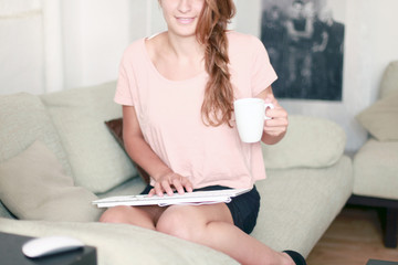 Frau mit Kaffee auf dem Sofa