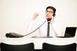 Jubelnder Mann am Telefon