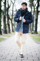 Junger Mann im Wintermantel