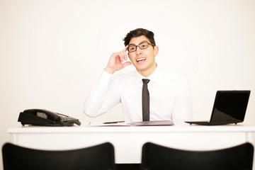 Hübscher Geschäftsmann im Büro