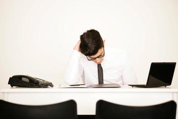 Trauriger Mann im Büro