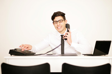 Junger Mann am Telefon im Büro