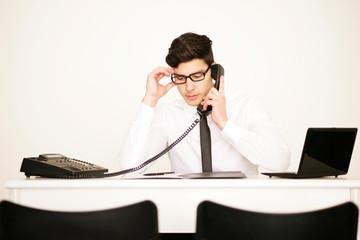 Mann im Büro telefoniert