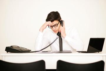 Nachdenklicher Geschäftsmann im Büro