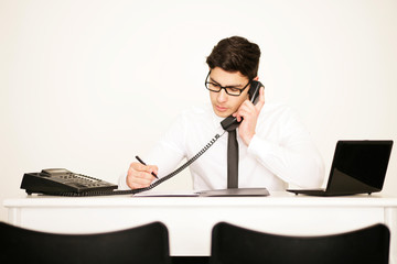 Mann am Telefon im Büro