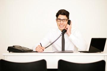 Hübscher dunkelhaariger Geschäftsmann im Büro