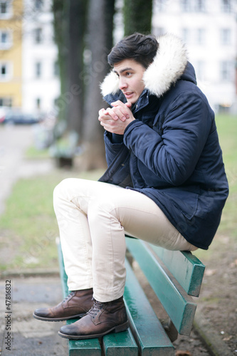 Mann im Wintermantel