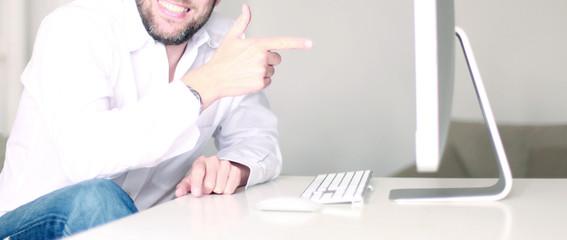 Mann zeigt stolz auf seinen Bildschirm