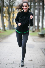 Frau joggt durch Park