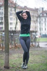 Attraktive Frau beim Sport in der Natur