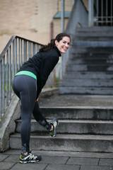 Sportliche Frau beim Trainieren