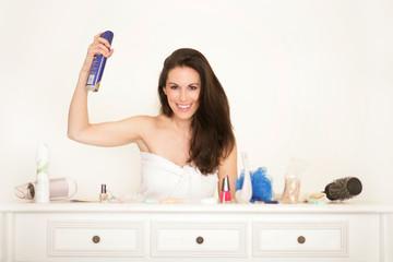 Hübsche Frau stylt sich die Haare