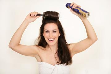 Dunkelhaarige Frau macht ihre Frisur