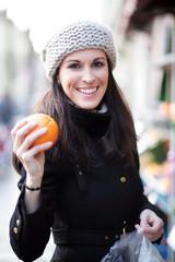 glückliche Frau mit einer Orange