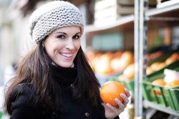 Frau mit Orange in der Hand