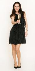 Hübsche Frau mit schwarzen Kleid