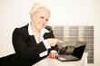Geschäftsfrau zeig auf Laptopbildschirm