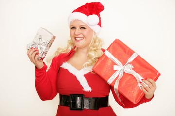Frau mit Geschenken in der Hand
