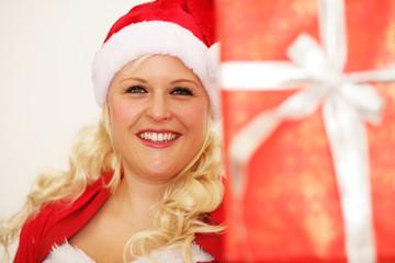 Hübsche Weihnachtsfrau mit Geschenk