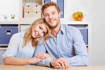 Paar sitzt im Wohnzimmer