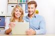 Paar schaut zusammen auf Tablet Computer