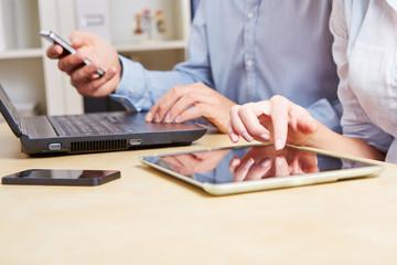 Geschäftsleute mit Smartphone und Tablet Computer