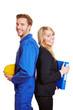 Handwerker und Geschäftsfrau lachen zusammen