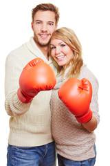 Paar mit roten Boxhandschuhen