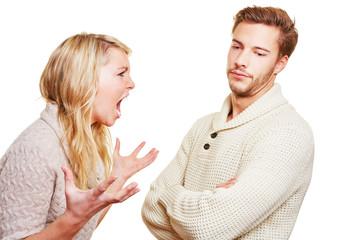 Frau schreit ihren Partner an