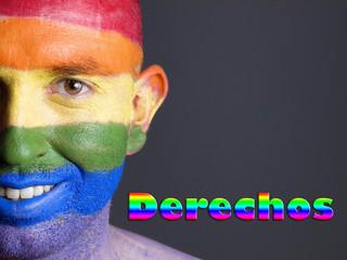 Hombre bandera gay y sonrisa. Concepto de derechos.